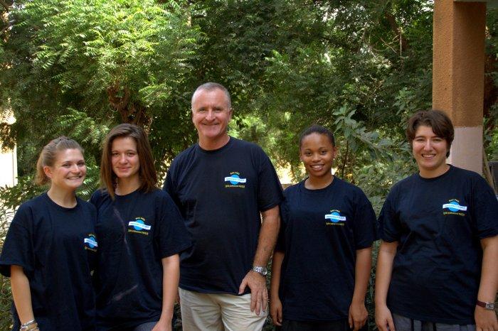 Les Lycéennes et le professeur Thierrey LEVEQUE, fiers de leur mission.